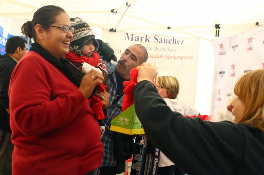 Para miles de niños de Boyle Heights la Navidad llega temprano este año