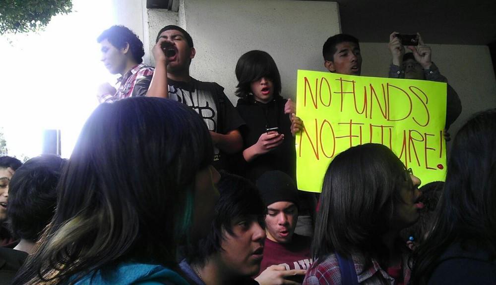 Estudiantes protestan contra recortes al servicio de autobús escolar; LAUSD anuncia demanda contra el estado