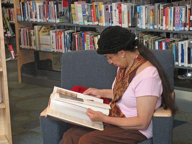Los residentes de Boyle Heights mejoran conocimientos de inglés y alfabetización en bibliotecas públicas locales