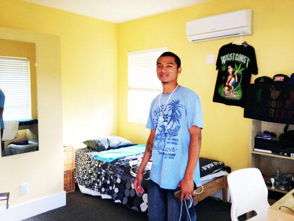 Kevin muestra su habitación en Progress Place Apartments. Foto de Veronica Alaniz.