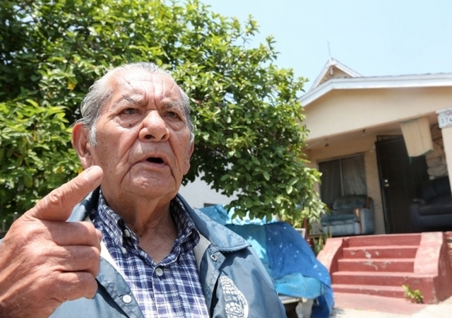 Jose Burgoin, 82, clearly remembers the day when he and his neighbors captured the feared 'night stalker'. /La Opinión/Aurelia Ventura