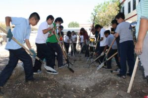 Students at Hollenbeck Middle school get to work on a new community  garden. Photo courtesy of Emily Grijalva/ LA Streetsblog