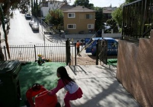 A little girl (not pictured here) was kidnapped from a party Saturday night in Boyle Heights and taken to the garage in the brown building across the street. Photo by Emilio Flores/ La Opinion