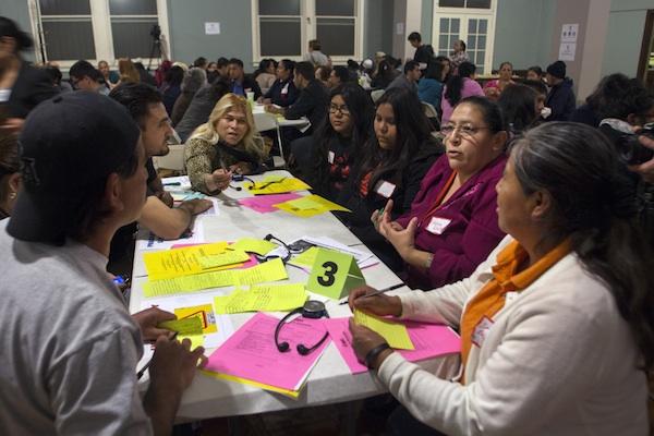 Padres discuten cómo los fondos se deben gastar en las escuelas locales a una reunión en el ayuntamiento InnerCity Struggle. Foto de Jonathan Olivares.