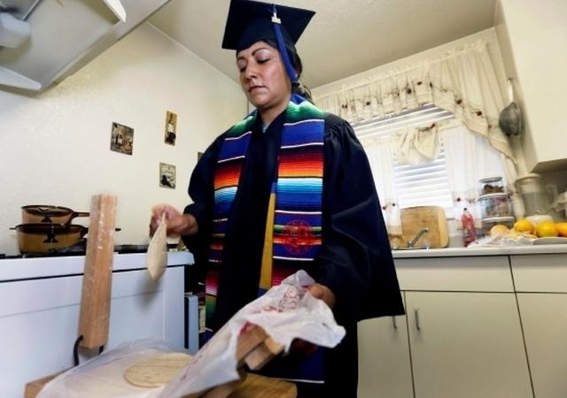 Estudiante latina paga su carrera con tortillas