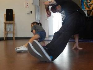 Samantha Guerrero aprende movimientos de danza de Chris Prossnitz durante una sesion de practica. Foto de Jackie Ramirez.