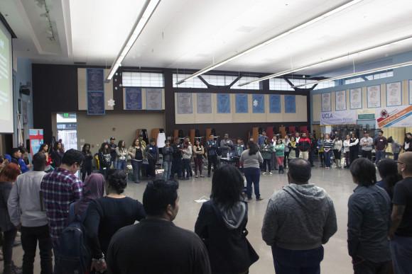 """Los estudiantes participan en """"círculos de sanción"""" en un evento realizado en la Escuela Secundaria Mendez a principios de este ano. Foto de Jonathan Olivares."""