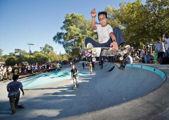 Patinadores dan la bienvenida al nuevo parque de patinaje en Hazard Park. Foto de Eddie Rubalcava.
