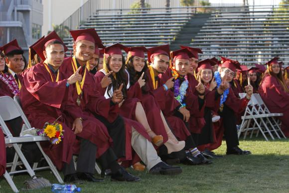 La Clase de 2014 se prepara para desfilar en la graduación de la Escuela Preparatoria Roosevelt. Foto de Art Torres.