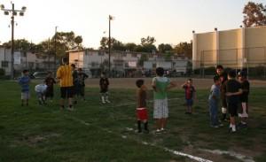 Los niños juegan al fútbol en el programa de Summer Night Lights de Ramona Gardens. Foto de Antonio Mejias Rentas