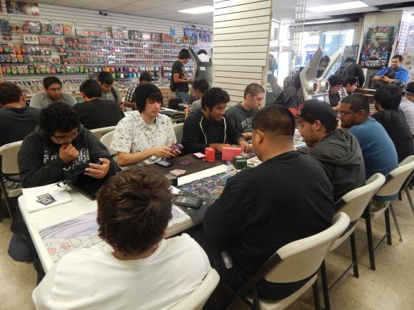 Las tarjetas Yu-Gi-Oh cuentan con seguidores fieles de Boyle Heights. Foto de David Galindo.