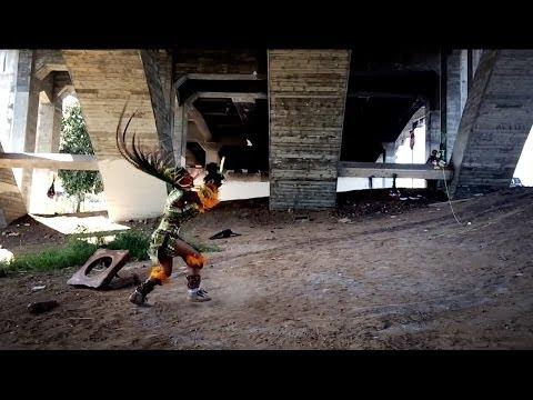 El artista Rafael Esparza encuentra el lugar para sus presentaciones debajo del puente de Boyle Heights [VIDEO]
