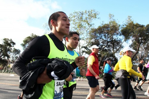 Entrenan para la carrera de su vida: Estudiantes se preparan para el Maratón de L.A. a la vez que crecen como personas