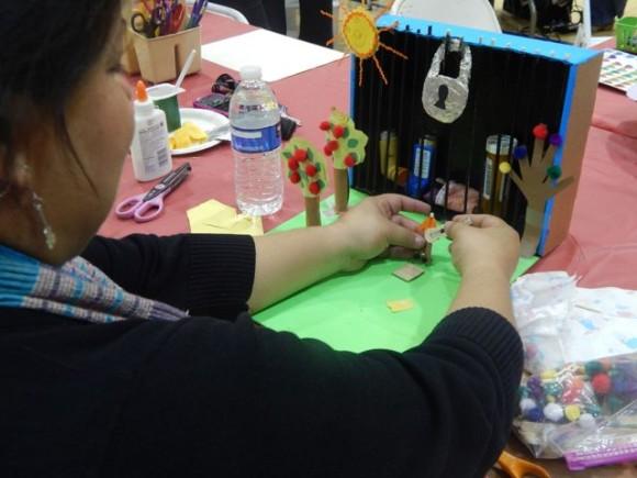 Residentes de Ramona Gardens  aprenden a sanar con la construcción de altares