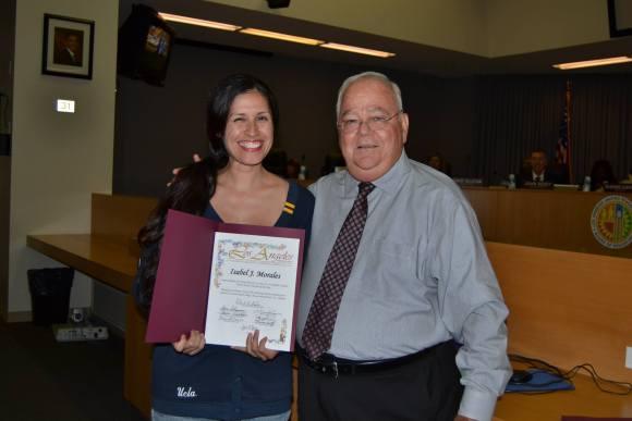Isabel Morales fue presentada con un certificado de Maestra del ano por el presidente de junta escolar de LAUSD Richard Vladovic en junio. Foto de Jose Barber.