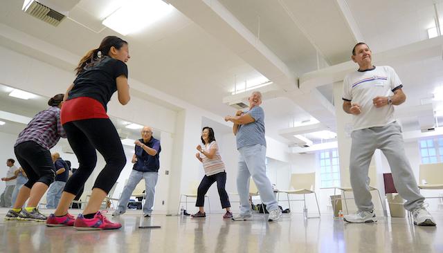 Instructores de entrenamiento dirijen a Kenneth Yokoyama, Pauline Beavers, Barbara Counsil y Richard Counsil, desde la izquierda, a través de su clase de ejercicios. (USC Photo/Gus Ruelas)