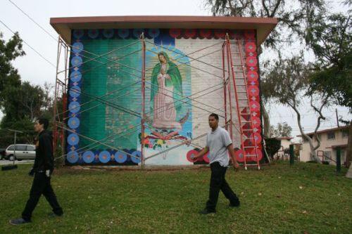 Restauración a mural revive colores de Guadalupana de Ramona Gardens