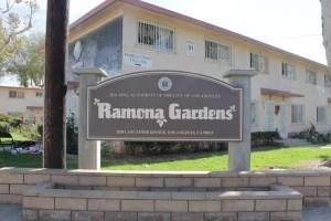 Policia dice que solo ocho de los 25 sospechosos arrestados Miercoles fueron encontrados en Ramona Gardens. Foto: Archivos de Pulso de Boyle Heights.