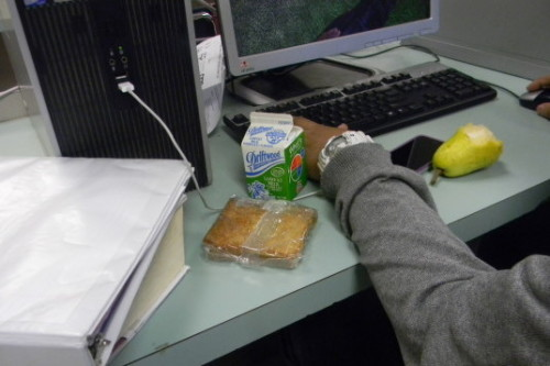 Más escuelas secundarias del LAUSD sirven el desayuno en el salón de clases