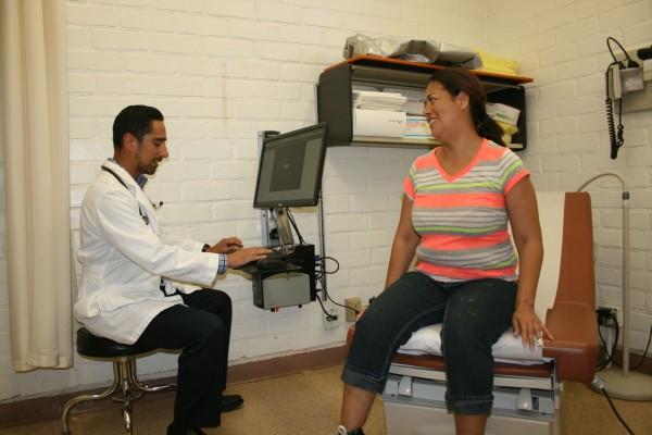 Mejoran opciones de salud para indocumentados en California